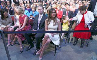 Η σύζυγος του Ντόναλντ Τραμπ, Μελάνια, με τον γιό του Ερικ.