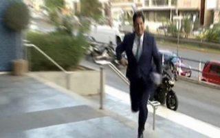 Ο κ. Αδωνις Γεωργιάδης εισήλθε τρέχοντας στα κομματικά γραφεία της Συγγρού λίγα λεπτά μετά τη λήξη της προθεσμίας, στις 18.00.