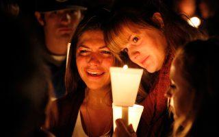 Φίλοι, συγγενείς και απλοί κάτοικοι της πόλης Ρόζμπεργκ συγκεντρώθηκαν στην αγρυπνία για τα εννέα αδικοχαμένα θύματα στο κολέγιο του Ορεγκον.