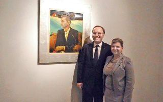 Ο πρέσβης του Καναδά στην Ελλάδα, στην αποχαιρετιστήρια εκδήλωση που έδωσε προς τιμήν του το Μουσείο Βορρέ στην Παιανία, φωτογραφίζεται με την Ελληνίδα σύζυγό του Μαρία Πανταζή-Πεκ δίπλα στο πορτρέτο του Ιωνα Βορρέ (από τον ζωγράφο Γιώργο Δέρπαπα) για μια αναμνηστική συγκινητική φωτό. «Θα γυρίσουμε γρήγορα στην Ελλάδα, και στην Παιανία, με την οποία μας συνδέουν ωραίες αναμνήσεις από τον Ιωνα Βορρέ, και τώρα από τους εγγονούς και τον νέο πρόεδρο Νεκτάριο Βορρέ που συνεχίζει το έργο του» (φωτό Σιμόνη Ζαφειροπούλου, 7/10/2015).