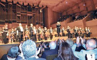 Oρθια η Oρχήστρα του Iσραήλ, το πρώτο βιολί, ο διευθυντής της, κορυφαίος διεθνής αρχιμουσικός, Ζούμπιν Μέτα, αντιχειροκροτούν ευχαριστώντας το ενθουσιώδες ακροατήριο (φωτο Eλένη Mπίστικα).