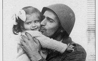 «Ο πατέρας σφίγγει στην αγκαλιά του την κορούλα του. Χακί, κράνος, το παγούρι κρέμεται απ' τη ζώνη». Από το λεύκωμα του Κούλη Ζαμπαθά που στον καιρό του πολέμου υπηρετούσε στην προεδρία της κυβερνήσεως. Οι ειδήσεις από το μέτωπο συνοδεύονται από φωτογραφίες. Αυτές.