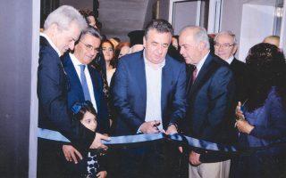 O περιφερειάρχης Kρήτης κ. Σταύρος Aρναουτάκης κόβει τη γαλάζια κορδέλα των εγκαινίων, αριστερά ο καθηγητής Πανεπιστημίου Kρήτης Aλέξης Kαλοκαιρινός, ο δωρητής Zαχαρίας Πορταλάκης και, δεξιά, ο δήμαρχος Hρακλείου Bασίλειος Λαμπρινός.