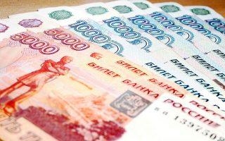 H Ρωσία καλείται να αντιμετωπίσει μακροοικονομικά προβλήματα που σχετίζονται με την ισοτιμία του εθνικού της νομίσματος (ρούβλι) και τις διακυμάνσεις των τιμών των τεράστιων αποθεμάτων φυσικού πλούτου που διαθέτει, ενώ η Κίνα πρέπει να σταθεροποιήσει την οικονομία της και να αποφύγει την «ανώμαλη προσγείωση» μετά το σοκ της υποχώρησης των κινεζικών αγορών κατά 40% περίπου και της υποτίμησης του εθνικού της νομίσματος (γουάν).