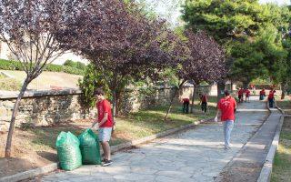 Φοιτητές του American College of Thessaloniki, του μεταλυκειακού μη κερδοσκοπικού εκπαιδευτικού ιδρύματος του Κολλεγίου Ανατόλια, συμμετέχουν σε καθαρισμό της πόλης. Μόνο αυτό το εξάμηνο θα συμπληρώσουν 7.000 ώρες εθελοντισμού.