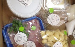 Τα υλικά για την κάθε συνταγή αποστέλλονται σε μερίδες και τεμαχισμένα, έτοιμα για μαγείρεμα.