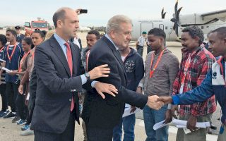 Δεκαεννέα πρόσφυγες από την Ερυθραία είναι οι πρώτοι που επωφελούνται από το πρόγραμμα μετεγκατάστασης της Ευρωπαϊκής Επιτροπής. Για τα εγκαίνια του προγράμματος, με βάση το οποίο 160.000 πρόσφυγες από την Ιταλία και την Ελλάδα θα μεταφερθούν σε όλες τις χώρες της Ε.Ε., βρέθηκε στο αεροδρόμιο της Ρώμης ο επίτροπος Μετανάστευσης, Δημήτρης Αβραμόπουλος.