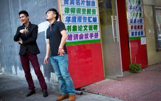 Ανέμελοι καπνίζουν οι νεαροί Κινέζοι της φωτογραφίας, αγνοώντας ότι η Κίνα βιώνει μία άνευ προηγουμένου επιδημία πρόωρων θανάτων εξαιτίας του καπνίσματος.