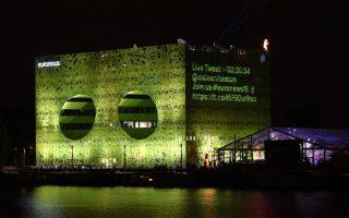 Με τα μάτια στραμμένα στις ειδήσεις. Ένα καινούργιο κτίριο εγκαινίασε το κανάλι Euronews στην πόλη της Λυών. Το τετράγωνο κτίριο με το έντονο πράσινο χρώμα και τα δύο τεράστια ανοίγματα είναι έργο των Γάλλων αρχιτεκτόνων Jacob +MacFarlane και στα 10.000 τετραγωνικά του μέτρα θα φιλοξενεί τα στούντιο, θα έχει διπλάσιο εργασιακό χώρο για τους 800 εργαζόμενους διαφόρων ειδικοτήτων, αλλά  και  τους 400 δημοσιογράφους  από 30 χώρες που εργάζονται σε αυτό. AFP PHOTO / PHILIPPE DESMAZES