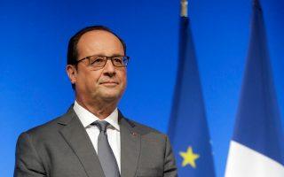 Ο Γάλλος πρόεδρος κ. François Hollande με τη γαλλική σημαία και της Ευρώπης που καλείται να υπερασπίσει. (ΕΡΑ/Jacky Naegelen / Pool Maxppp out).
