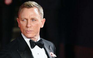 Ποιος; Αυτός; Όταν ανακοινώθηκε το 2005 ότι ο Βρετανός ηθοποιός Daniel Graig θα ενσαρκώσει τον μάλλον κουρασμένο και ίσως ξεπερασμένο κινηματογραφικό ήρωα James Bond, οι πάντες τον κοίταξαν με περιέργεια και καχυποψία. Στην παρουσίασή του, όπου έφτασε  με ένα ταχύπλοο για να θυμίζει κάτι από ταινίες δράσης, όλοι είχαν κάτι να πουν. «Όχι πολύ ψηλός, πολύ ξανθός, ο Sean Connery είναι πολύ καλύτερος, ούτε και πολύ όμορφος» και διάφορα άλλα. Όμως, τελικά, ο όχι πολύ ψηλός, ο πολύ ξανθός που δεν έχει τίποτα να μοιράζεται με τον Sean Connery , μάλλον τα κατάφερε καλύτερα από όλους. Όχι μόνο η πρώτη ταινία που έπαιξε τον πράκτορα της MI6 έκανε εισπράξεις ρεκόρ, αλλά κατάφερε να δημιουργήσει ένα νέο ήρωα, σύγχρονο με φανατικό ανδρικό κοινό των εκπληκτικών ταινιών δράσης αλλά και  αγαπητό στις γυναίκες. Εύγε κύριε Graig. Εύγε.  EPA/ANDY RAIN