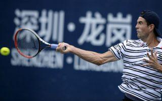 Ανατομία. Όλες οι φλέβες και οι μυς, διαγράφονται με κάθε λεπτομέρεια στο χέρι του τενίστα Guillermo Garcia-Lopez από την Ισπανία. Ο αγώνας απέναντι στον Lukas Rosol  από την Τσεχία δόθηκε στην Κίνα στην διάρκεια του τουρνουά Shenzhen Open. AFP PHOTO