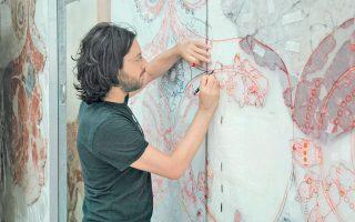O καλλιτέχνης ενώ αποτυπώνει τοιχογραφία 3.500 ετών στο Εργαστήρι Συντήρησης στο Ακρωτήρι της Σαντορίνης.