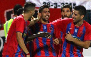 Ο Τάσος Μπακασέτας παίκτης του Πανιωνίου σε συναίσθημα χαράς μετά το γκολ κατά τη διάρκεια του αγώνα της Super League Ελλάδος μεταξύ των ομάδων του Πανιωνίου και της Καλλονής στο γήπεδο της Νέας Σμύρνης. Σάββατο 17 Οκτωβρίου 2015. Ο αγώνας έληξε με σκορ 2-0 υπέρ του Πανιωνίου. ΑΠΕ ΜΠΕ/ΑΠΕ ΜΠΕ/ΣΠΥΡΟΣ ΧΟΡΧΟΥΜΠΑΣ