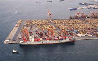 Ενας ακήρυχτος πόλεμος για την εξασφάλιση μεγαλύτερου μεριδίου στη διακίνηση εμπορευματοκιβωτίων διεξάγεται μεταξύ των λιμανιών της ΝΑ Μεσογείου. Η MSC εκτρέπει ανατολικότερα όλο και μεγαλύτερα φορτία προς το νεοσύστατο λιμάνι της Ραιδεστού στην Τουρκία, που εκμεταλλεύεται η Terminal Investment Limited στην οποία ελέγχει το 65%.