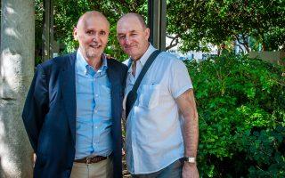 Ο Terry Lee (δεξιά) στο Κολωνάκι με τον Κωστή Καβουλάκο, τον «ντόπιο» που ανέλαβε να δείξει τη δική του Αθήνα στο ζευγάρι των μπλόγκερ.