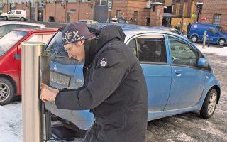 Με μία κίνηση αποσυνδέει το αμάξι του από τον σταθμό φόρτισης στο κέντρο του Οσλο. Παρά τη διάδοση των ηλεκτρικών αυτοκινήτων στη Νορβηγία, οι σταθμοί φόρτισης είναι λίγοι και πολλοί κάτοικοι τα φορτίζουν στα σπίτια τους.