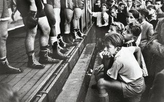 Οι πυγμάχοι Στιγμιότυπο από αγώνα μποξ στο Ντίσελντορφ, το 1956, από τον Walter Vogel (1899-1994).