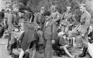 Ανήλικοι λούστροι. Οι φωτογραφίες που παρουσιάζονται στο λεύκωμα είναι σχεδόν όλες τραβηγμένες για τα προσωπικά λευκώματα Γερμανών στρατιωτών.