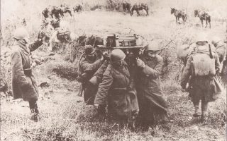 Ελληνες στρατιώτες μεταφέρουν εξαρτήματα πυροβόλου όπλου στο μέτωπο κατά τον πόλεμο του 1940.