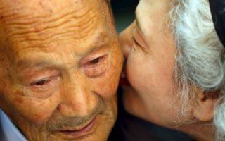 Ψίθυρος. Χώρισαν βίαια, με τον πόλεμο και τον διχασμό της χώρας. Τώρα, εξήντα χρόνια μετά, βρίσκονται ο ένας δίπλα στον άλλο, με αφορμή την πρόσκαιρη επανασύνδεση των οικογενειών από την  Βόρειο και Νότιο Κορέα . Σύζυγοι που έχουν να συναντηθούν  από τα είκοσί τους χρόνια και τώρα στα βαθιά τους γεράματα κοιτάζονται με αμηχανία, αλλά και αδέλφια και γονείς με παιδιά. Μια τέτοια περίπτωση είναι η εικονιζόμενη. Η Lee Jung-sook είναι 68 ετών, ζει στην Νότιο Κορέα  και συνάντησε τον πατέρα της  Lee Heung Jong 88 ετών. Τα όσα θέλησε να του πει, προτίμησε να τα πει ψιθυριστά. Λόγια τρυφερά, λόγια αγάπης και απώλειας, πώς αλλιώς θα μπορούσαν να ειπωθούν άλλωστε;  REUTERS/KOREA POOL/Yonhap