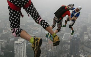 Χορευτές του αέρα. Τουλάχιστον 100 «ωραίοι τρελοί» μαζεύτηκαν στην κορυφή του Κuala Lumpur Tower για να απολαύσουν μια εντυπωσιακή βουτιά στην πόλη,  παρά την ομίχλη. Συνήθεια γνωστή στους λάτρεις των extreme sports για 15η συνεχή χρονιά.  EPA/FAZRY ISMAIL