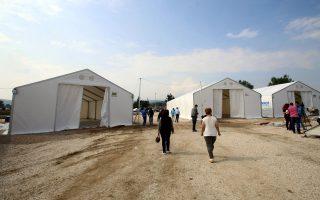 Εχουν στηθεί μεγάλες, ανθεκτικές σκηνές για την αναμονή και την προστασία των προσφύγων.