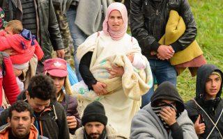 Πρόσφυγες περπατούν προς το κέντρο υποδοχής στη Σλοβενία, αφού πέρασαν τα σύνορα με την Κροατία.