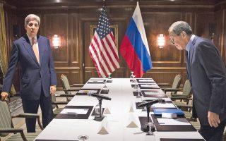Ο υπουργός Εξωτερικών των Ηνωμένων Πολιτειών Τζον Κέρι, (αριστερά) και ο Ρώσος ομόλογός του Σεργκέι Λαβρόφ, κατά τη χθεσινή συνάντησή τους, που προηγήθηκε της τετραμερούς διάσκεψης, στη Βιέννη.