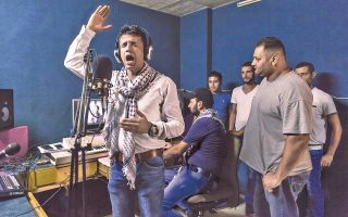 Ο Παλαιστίνιος συνθέτης και τραγουδιστής Αντνάν Μπαλαουένεχ ηχογραφεί ένα ποίημα ενάντια στην ισραηλινή κατοχή σε στούντιο στη Ναμπλούς.