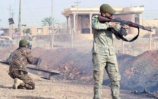 Ιρακινές δυνάμεις ασφαλείας και μαχητές σουνιτικής πολιτοφυλακής σε εκκαθαριστικές επιχειρήσεις στο διυλιστήριο του Μπεϊτζί, βόρεια της Βαγδάτης.