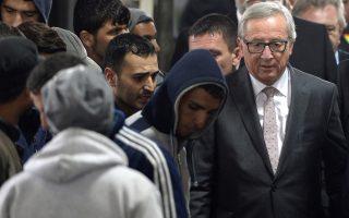 Στιγμιότυπο από την σύντομη επίσκεψη του προέδρου της Κομισιόν στο κέντρο υποδοχής προσφύγων της πόλης Πασάου, στα σύνορα Γερμανίας – Αυστρίας.