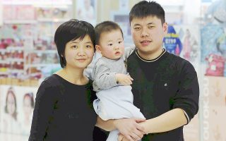 Το Πεκίνο βάζει τέλος στην πολιτική του ενός παιδιού και επιτρέπει σε όλα τα ζευγάρια να αποκτήσουν και δεύτερο. Η εξέλιξη οδήγησε σε άνοδο τα κινεζικά χρηματιστήρια της Σαγκάης και του Πεκίνου, καθώς οι επενδυτές εκτιμούν ότι θα ενισχυθεί η κατανάλωση. Τη μεγαλύτερη άνοδο σημείωσαν οι μετοχές των εταιρειών παρασκευής έτοιμων βρεφικών τροφών.