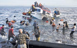 Ψαράδες και εθελοντές τραβούν με σχοινιά σκάφος που έχει πάρει κλίση, στη Σκάλα Συκαμιάς στη Λέσβο. Οι περισσότεροι επιβαίνοντες ήταν Σύροι.