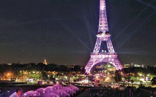 Στα ροζ ντύθηκε και ο Πύργος του Αϊφελ σε μια προσπάθεια ενίσχυσης της ενημέρωσης για τον καρκίνο του μαστού.