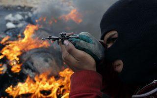 Το παιχνίδι. Σίγουρα δεν είχε όρεξη για αστεία ο νεαρός Παλαιστίνιος της φωτογραφίας. Νεκρούς μετρούν κάθε μέρα από τις σφαίρες στρατιωτών, για την αποφυγή επιθέσεων με μαχαίρι. Ίσως αυτό θα ήθελε να νιώσει ο νεαρός με το μικροσκοπικό του όπλο-παιχνίδι. Να δει πως είναι να βρίσκεσαι από την άλλη πλευρά του στόχαστρου. AFP  PHOTO / ABBAS MOMANI