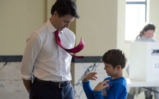 Η γραβάτα του μπαμπά μου. Μια στιγμή παιχνιδιού ή και βαρεμάρας απαθανάτισε ο φακός μεταξύ του υποψηφίου των Φιλελευθέρων Justin Trudeau και του γιου του Xavier. Οι δυο τους περιμένουν την κυρία Trudeau να ψηφίσει για να αποχωρίσουν από το εκλογικό κέντρο. Οι εκλογές στην χώρα θα καθορίσουν την συνέχιση της δεκαετούς πορείας του συντηρητικού Stephen Harper ή την μετάβασή της σε νεότερους ηγέτες και πιο φιλελεύθερες πολιτικές. (Adrian Wyld/The Canadian Press via AP)