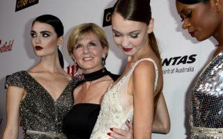 Η ακομπλεξάριστη υπουργός Εξωτερικών. Στις ΗΠΑ βρέθηκε η  Julie Bishop για να συμμετάσχει στις εκδηλώσεις προώθησης των αυστραλιανών προϊόντων στην χώρα. Ανάμεσα σε άλλες εκδηλώσεις παραβρέθηκε   και στην εβδομάδα μόδας του Λος Αντζελες, για να υποστηρίξει τους σχεδιαστές ZHIVAGO και  Emma Mulholland, φυσικά από την Αυστραλία. Η γοητευτική υπουργός δεν δίστασε να βάλει τα αστραφτερά της ψηλοτάκουνα και  ένα εντυπωσιακό μαύρο φόρεμα, ό,τι αρμόζει στην περίσταση δηλαδή και να φωτογραφηθεί με τις καλλονές των επιδείξεων.  EPA/PAUL BUCK