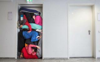 Χορός σε στριμωξίδι. Μέλη της ομάδας του χορογράφου Willi Dorner,  που ερευνά τον τρόπο που το ανθρώπινο σώμα «βρίσκεται» στην σύγχρονη πόλη, στριμώχνονται σε μια από της πόρτες της Διεθνούς Έκθεσης Βιβλίου της Φρανκφούρτης. Η παράσταση θα δοθεί στο πλαίσιο της νέας πολιτιστικής καμπάνιας της Αυστρίας στην διάσημη έκθεση, που για φέτος θα έχει τιμώμενη χώρα την Ινδονησία.  EPA/FRANK RUMPENHORST