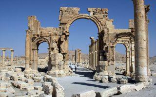 Η περίφημη Αψίδα του Θριάμβου, στον αρχαιολογικό χώρο της Παλμύρας, σε καλύτερες εποχές. Οι τζιχαντιστές εκτέλεσαν άλλους τρεις αιχμαλώτους τους, αφού προηγουμένως τούς έδεσαν σε κολόνες και τους ανατίναξαν.
