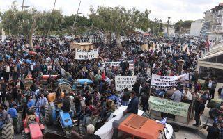 Χιλιάδες αγρότες συγκεντρώθηκαν χθες το πρωί στο Ηράκλειο Κρήτης, την ώρα που στην Αθήνα αντιπροσωπεία τους συναντιόταν με τον αναπληρωτή υπουργό Οικονομικών, Τρύφωνα Αλεξιάδη.