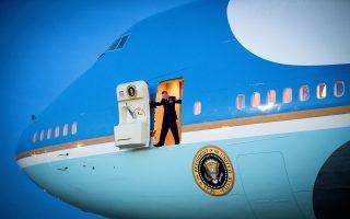 Αρχισμηνίας, μέλος του πολυμελούς πληρώματος του προεδρικού αεροσκάφους των ΗΠΑ «Air Force One», ετοιμάζεται να τοποθετήσει την κλίμακα στο Boeing 747-200B Jumbo, μετά την επιστροφή του Μπαράκ Ομπάμα στην αεροπορική βάση Αντριους της Ουάσιγκτον, τον Ιανουάριο.