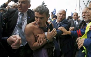 O Ξαβιέ Μπροζετά, διευθυντής Ανθρώπινου Δυναμικού, δέχθηκε επίθεση από μέλη συνδικάτων της εταιρείας που διαμαρτύρονταν για την απώλεια θέσεων.