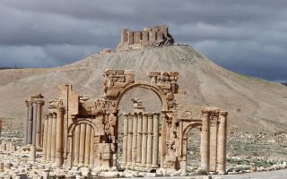 Η περίφημη Αψίδα του Θριάμβου, όπως υψωνόταν μέχρι χθες στην Παλμύρα, προτού πέσει και αυτή θύμα των φανατικών τζιχαντιστών του «Ισλαμικού Κράτους».
