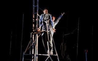 Μια χαρακτηριστική σκηνή από τη νέα παράσταση των blitz στη Στέγη Γραμμάτων, που συνεχίζεται μέχρι 18/10 στην Κεντρική Σκηνή. Κάθε βράδυ στις 8.30 μ.μ. Στις 16, 17 και 18/10 με αγγλικούς υπέρτιτλους.