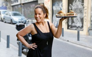 Η Γιάννα, σύζυγος του Νίκου Ισταυρίογλου, βοηθάει στο Big Mouth τα απογεύματα παραδίδοντας λαχταριστά σάντουιτς.