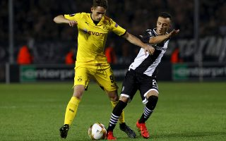 Borussia Dortmund's Adnan Januzaj (L) is challenged by PAOK Salonika's Ergys Kace during their Europa League group C soccer match at the Toumba stadium in the northern city of Thessaloniki, Greece , October 1, 2015. REUTERS/Alexandros Avramidis