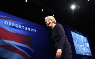 Η Τερέζα Μέι μετά την ομιλία της κατά την τρίτη μέρα του συνεδρίου των Συντηρητικών στο Μάντσεστερ.