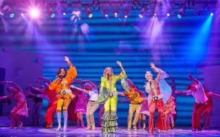 Στο θέατρο Badminton θα παρουσιαστεί το μιούζικαλ «Mamma Mia» από τις 5 έως τις 15 Νοεμβρίου, αφού προηγηθούν παραστάσεις στο Μέγαρο Μουσικής Θεσσαλονίκης (21/10 - 1/11). Στον πρωταγωνιστικό ρόλο η Σάρα Πόιζερ.
