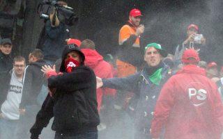 Διαδηλωτής εξαπολύει αυτοσχέδιο εκρηκτικό μηχανισμό εναντίον αστυνομικών στις Βρυξέλλες.